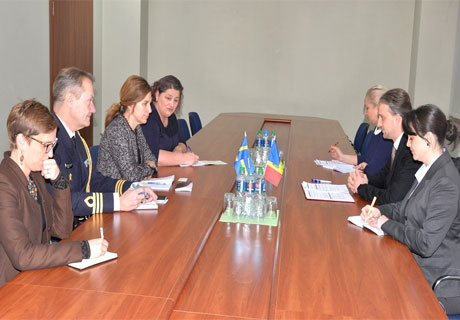 MOLDOVAN DEFENSE MINISTER MEETS SWEDISH AMBASSADOR