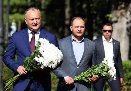 PRESIDENT LAYS FLOWERS TO ALEXANDER PUSHKIN MONUMENT